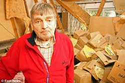 20111222235850-971-cajas.jpg - Un hombre casi muere sepultado por su colecci�n de revistas